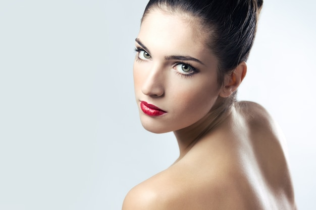 Jovem mulher salão branco natural claro Foto gratuita