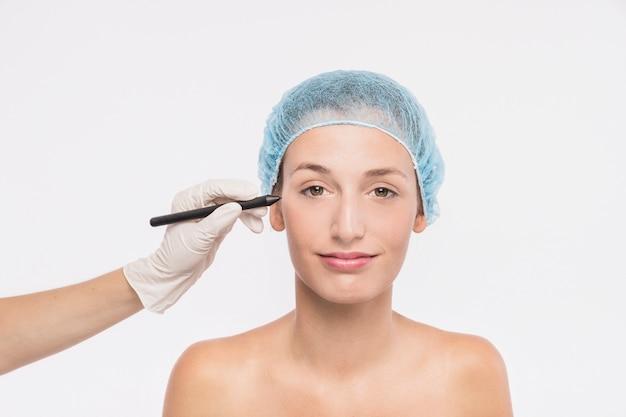 Jovem mulher se preparando para injeção Foto gratuita