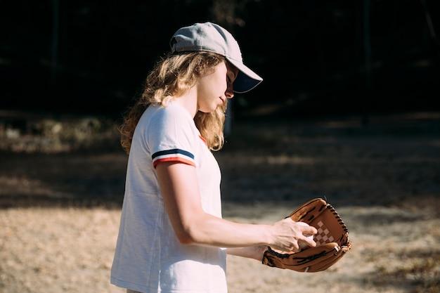 Jovem mulher se preparando para o campo de beisebol Foto gratuita