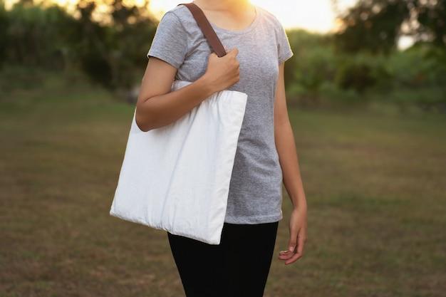 Jovem mulher segurando o algodão. conceito eco Foto Premium