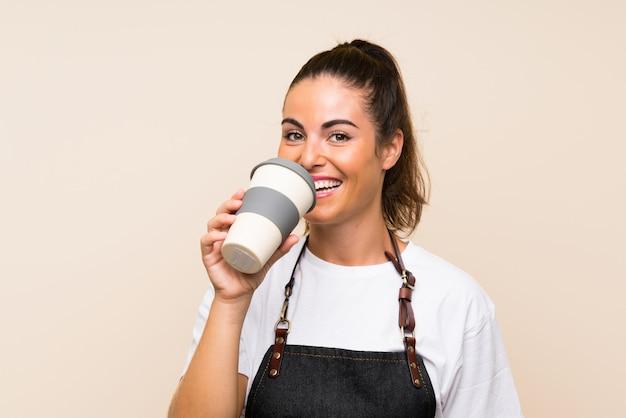 Jovem mulher segurando um café para viagem Foto Premium