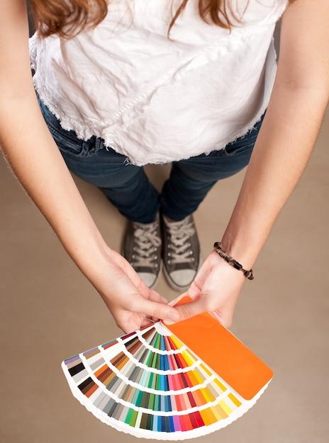 Jovem mulher segurando uma paleta pantone Foto Premium