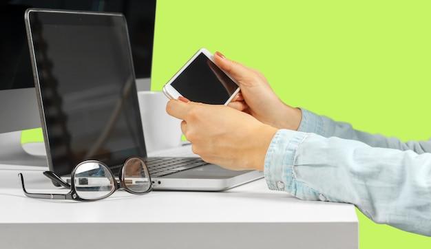 Jovem mulher sentada à mesa com o computador netbook aberto. Foto Premium