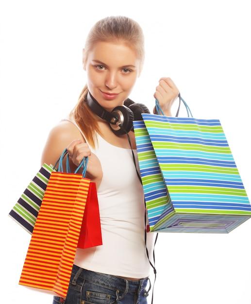 Jovem mulher sorridente feliz com sacos de compras. Foto Premium