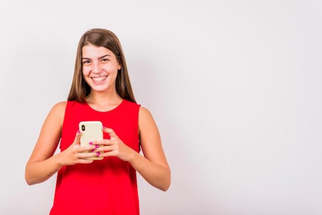 Jovem, mulher sorridente, segurando, telefone móvel Foto gratuita