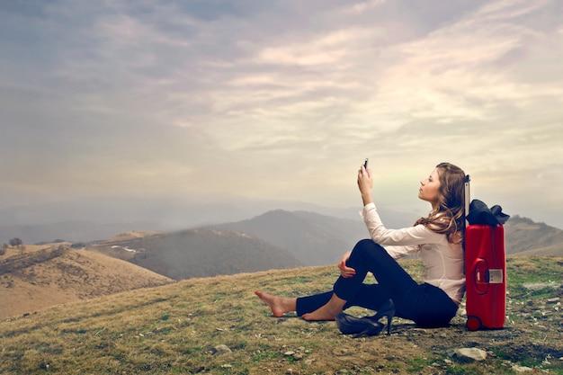 Jovem mulher tentando se comunicar em uma viagem Foto Premium