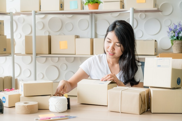 Jovem mulher trabalhando no serviço de entrega no escritório Foto Premium