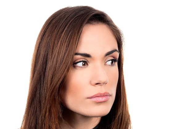Jovem mulher triste e pensativa em fundo branco Foto gratuita