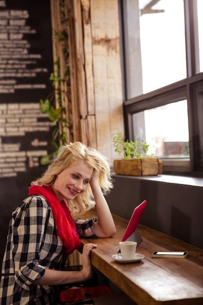Jovem mulher usando um tablet Foto Premium