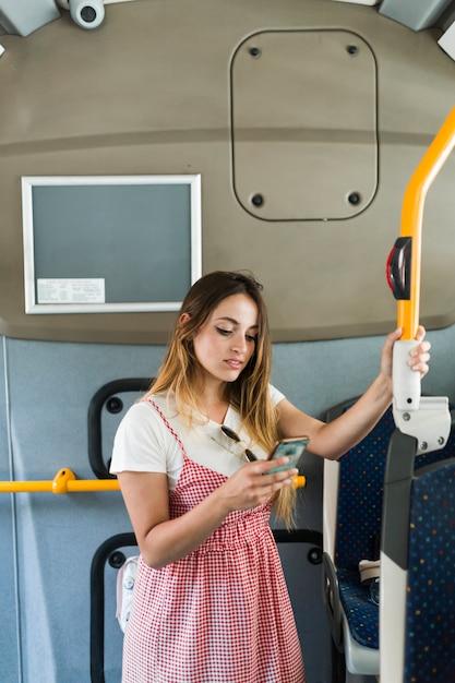 Jovem mulher viajando de ônibus Foto gratuita