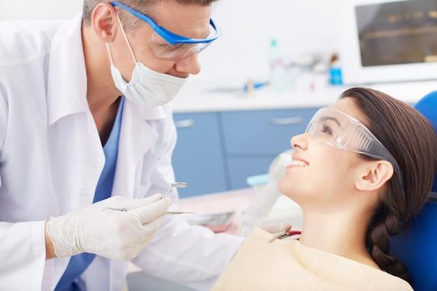 Jovem, mulher, visitar o dentista Foto gratuita