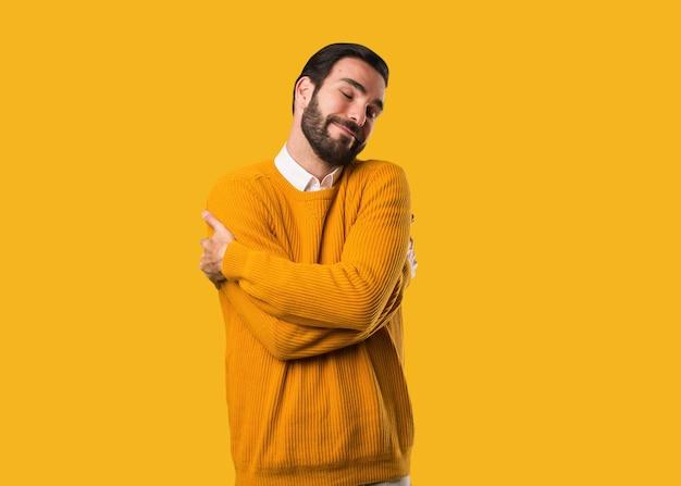 Jovem natural dando um abraço Foto Premium