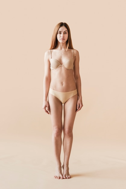 Jovem, natural, mulher, posar, em, roupa interior Foto gratuita
