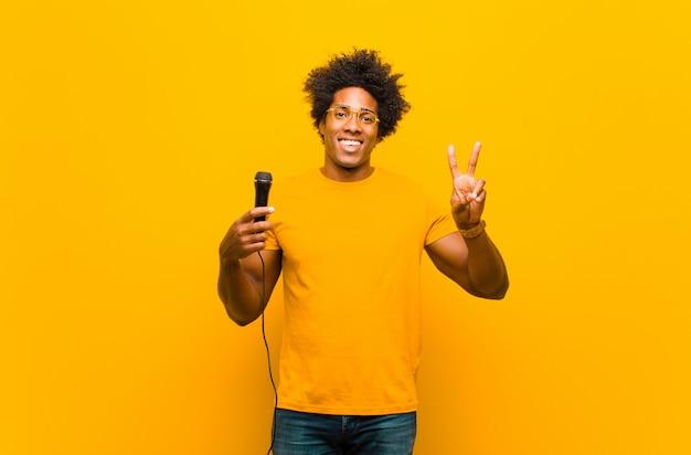 Jovem negro com um microfone cantando Foto Premium