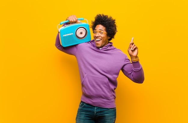Jovem negro com um rádio vintage Foto Premium