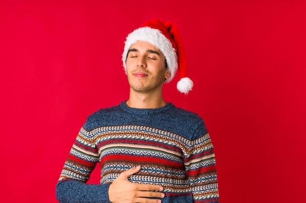 Jovem no dia de natal, cobrindo os ouvidos com as mãos, tentando não ouvir som muito alto. Foto Premium