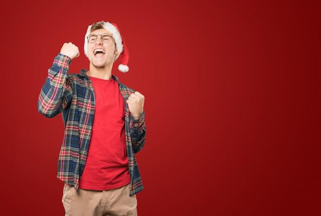 Jovem no natal fazendo gestos Foto Premium