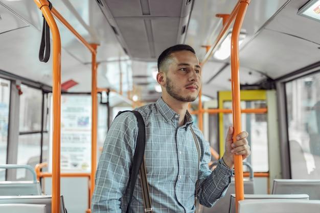 Jovem no ônibus Foto Premium