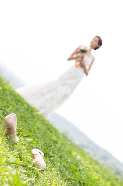 Jovem noiva andando no prado Foto Premium