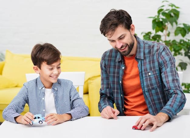 Jovem pai brincando com seu filho Foto gratuita