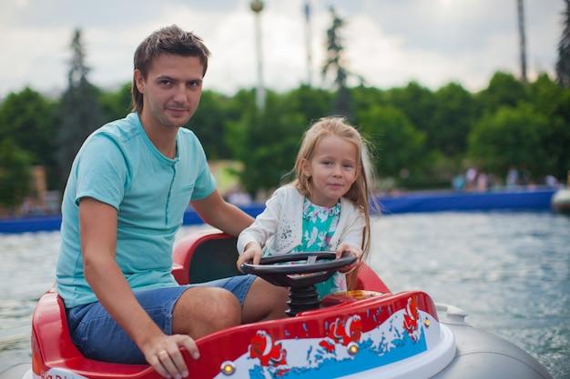 Jovem pai e sua filha andando em um aerobarco na atração Foto Premium