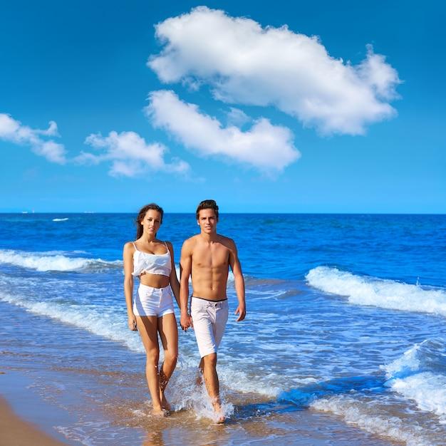 Jovem, par caminhando, praia, costa Foto Premium