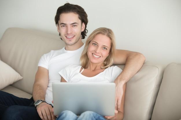 Jovem, par feliz, em, sala de estar Foto gratuita