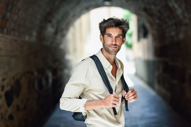 Jovem passeios turísticos pelas ruas de granada Foto Premium