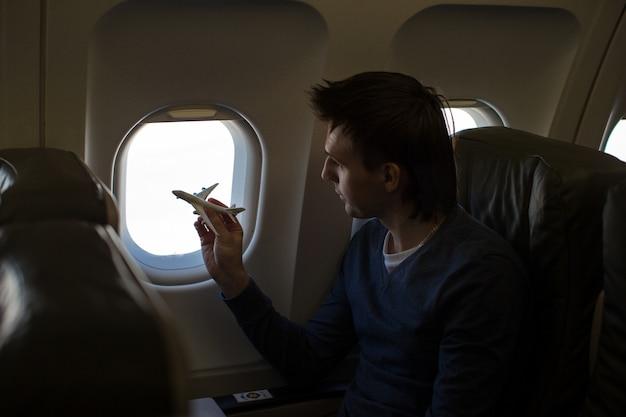 Jovem, pequeno, modelo, avião, dentro, grande, aeronave Foto Premium