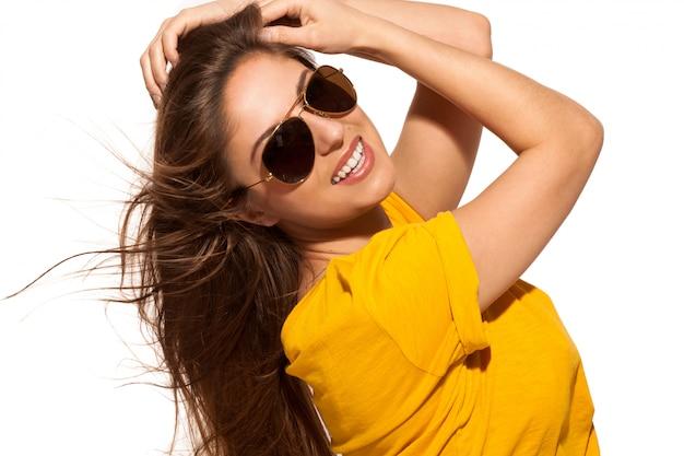 Jovem positiva em óculos de sol Foto gratuita