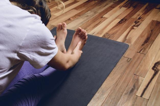 Jovem praticando ioga em casa Foto Premium