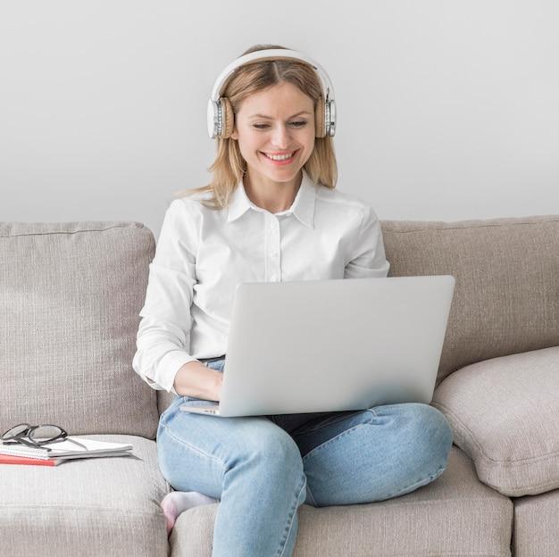 Jovem professor com fones de ouvido se preparando para uma aula on-line Foto gratuita