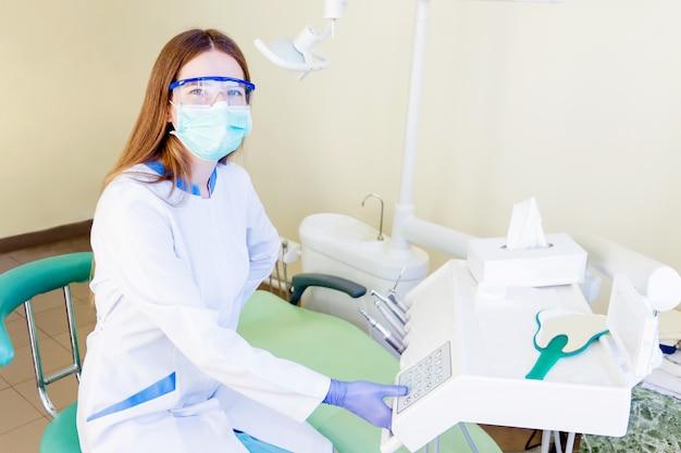 Jovem, profissional, dentista, estudante, em, clínica Foto Premium