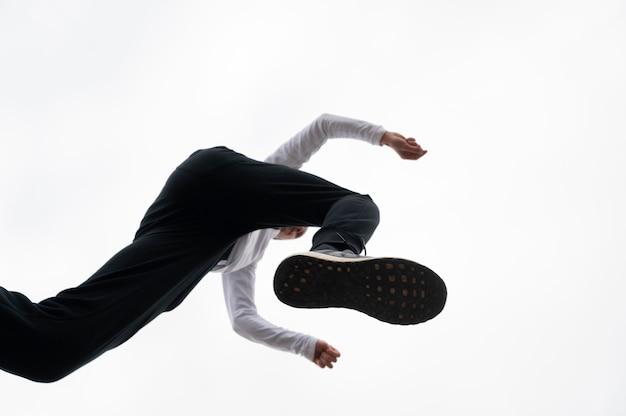 Jovem pulando Foto Premium