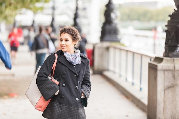Jovem, raça misturada, mulher caminhando, em, londres Foto Premium