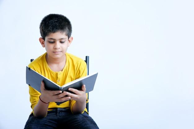 Jovem rapaz bonito indiano com notebook Foto Premium