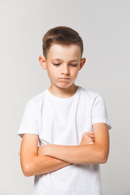Jovem rapaz de mau humor. criança triste ou triste Foto Premium