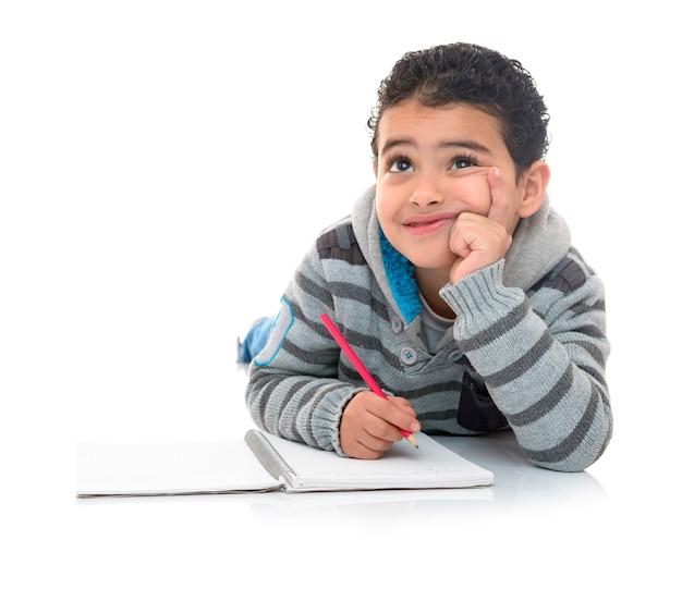 Jovem rapaz estudando pensando isolado na resposta Foto Premium