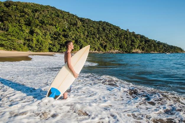 Jovem rapido para surfar Foto gratuita