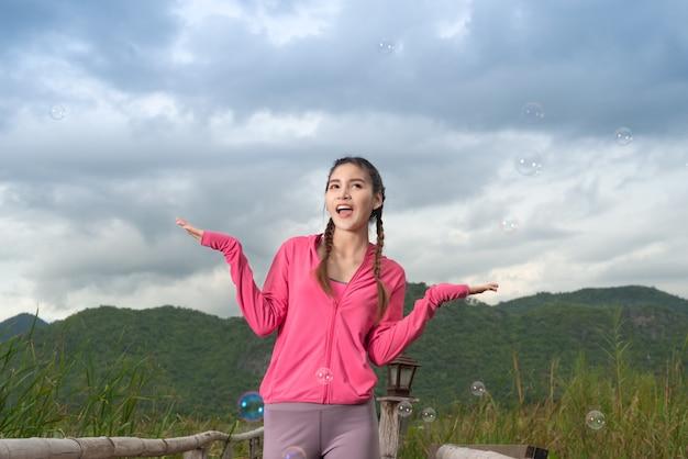 Jovem relaxante após fitness com montanha. Foto Premium