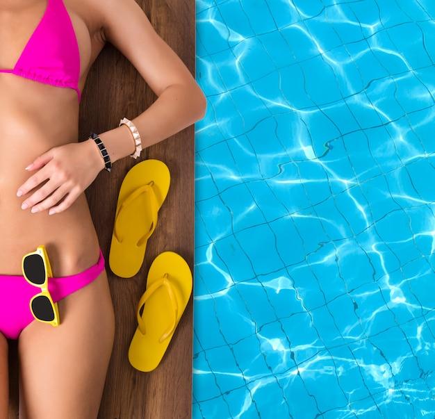 Jovem relaxante no cais perto da piscina Foto Premium