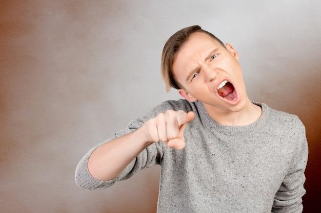 Jovem revoltado acusando você Foto Premium