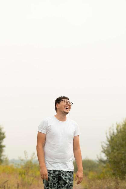 Jovem rindo e olhando para longe Foto gratuita