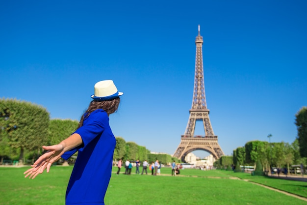 Jovem se divertindo torre eiffel em paris Foto Premium