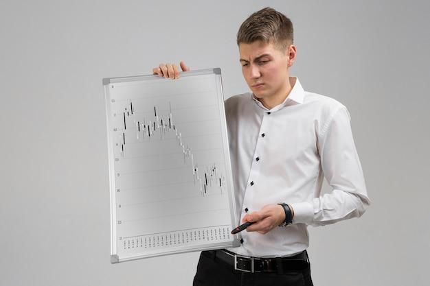 Jovem, segurando um cartaz com estatísticas isoladas sobre um fundo claro Foto Premium