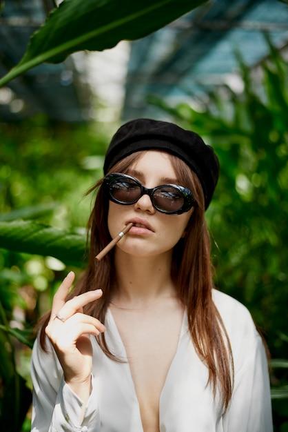Jovem, senhora, cigarro fumando Foto Premium