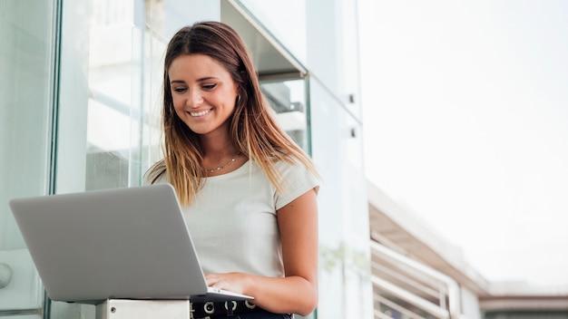 Jovem sorridente com notebook Foto Premium