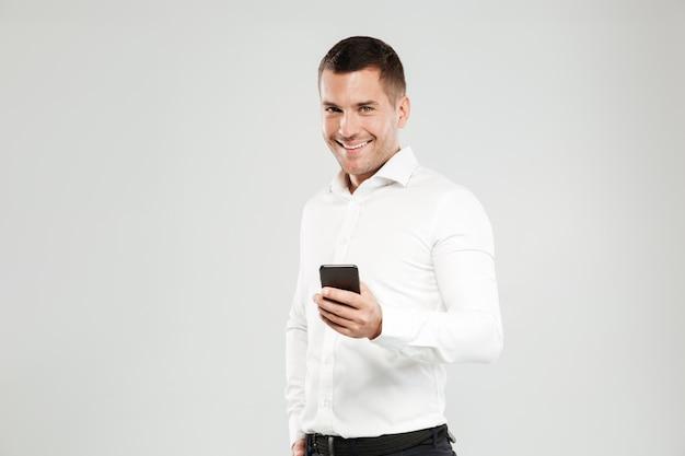 Jovem sorridente conversando por telefone. Foto gratuita