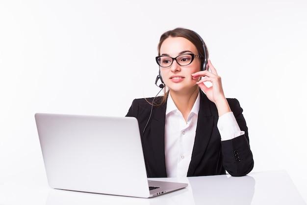 Jovem sorridente no atendimento ao cliente com um fone de ouvido no local de trabalho, isolado no branco Foto gratuita