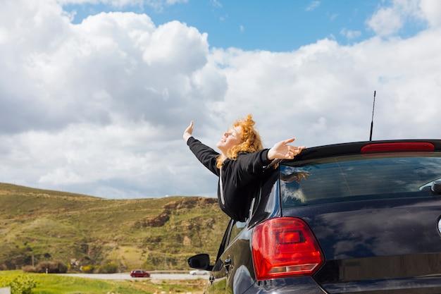 Jovem, sorrindo, femininas, desfrutando, viagem Foto gratuita
